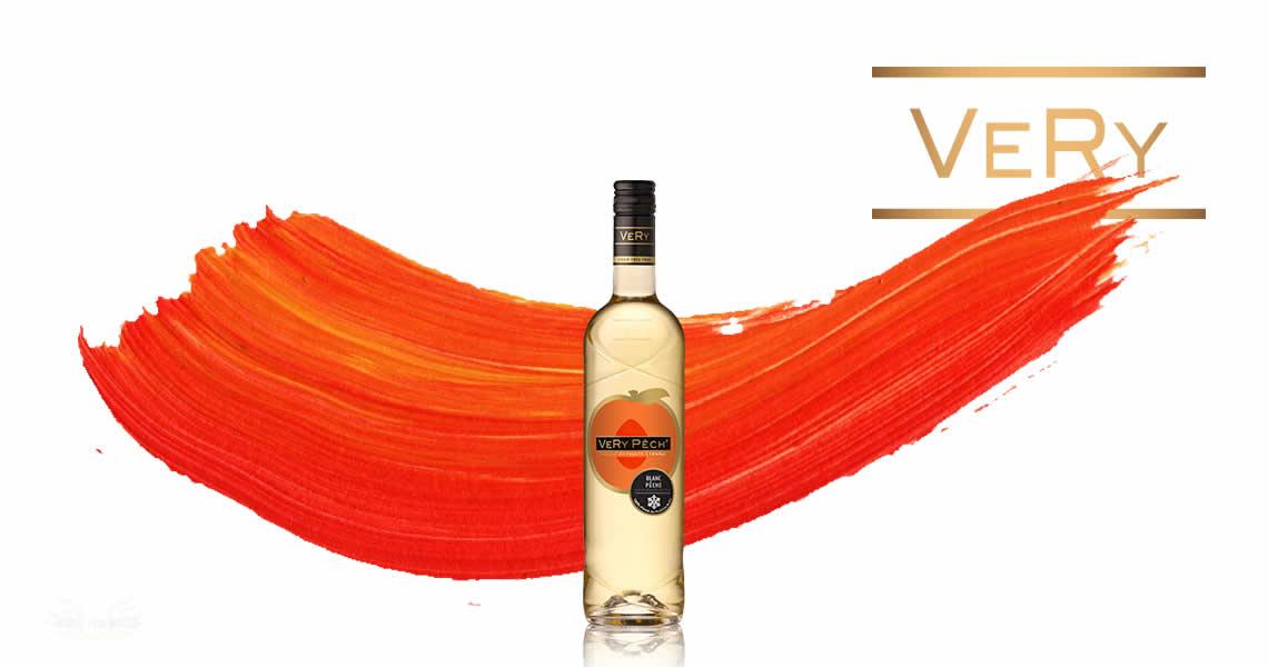 水蜜桃是台灣常見的水果,水蜜桃的香氣其實非常特別,由於香氣濃郁且豐富的甜蜜滋味,曾被說吃水蜜桃就像享受戀愛的滋味一般,這款菲嘗-水蜜桃葡萄酒就像夏日戀情一般的迷人,精選清爽的白葡萄酒結合香甜的水蜜桃果汁,讓你在喝這款酒的時候,就像在享受戀愛般的滋味喔。