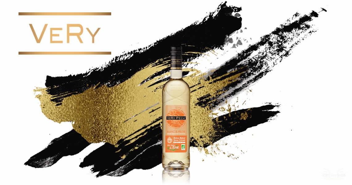 這是 VeRy Frais 酒廠精心推出的酒款,是法國認證下100%有機水蜜桃並擁有認證標誌,這款葡萄酒絕無添加任何添加物水蜜桃的香氣更加濃郁,並帶有柑橘類的水果風味,甜度降低讓整體的風味更加的順口,香氣更迷人。